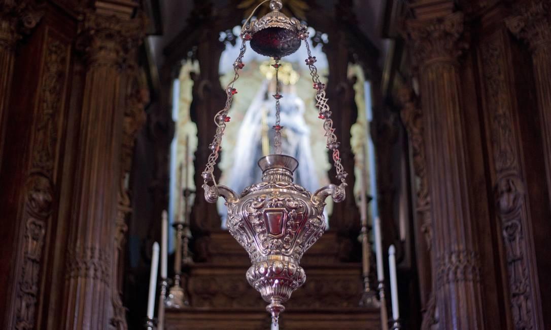 A talha do altar-mor emoldura a imagem de Nossa Senhora da Glória do Outeiro Foto: Pedro Kirilos / Agência O Globo