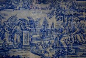 Os azulejos são uma marca forte da arquitetura portuguesa. No total a igreja tem cerca de 8.000 azulejos na nave, altar, sacristia e coro Foto: Pedro Kirilos / O Globo