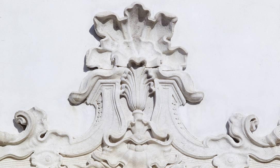 As portadas da fachada são de pedra de lioz, material também vindo de navio de Portugal. As igrejas de Minas nunca receberam esse tipo de pedra devido à distância do litoral Foto: Pedro Kirilos / O Globo