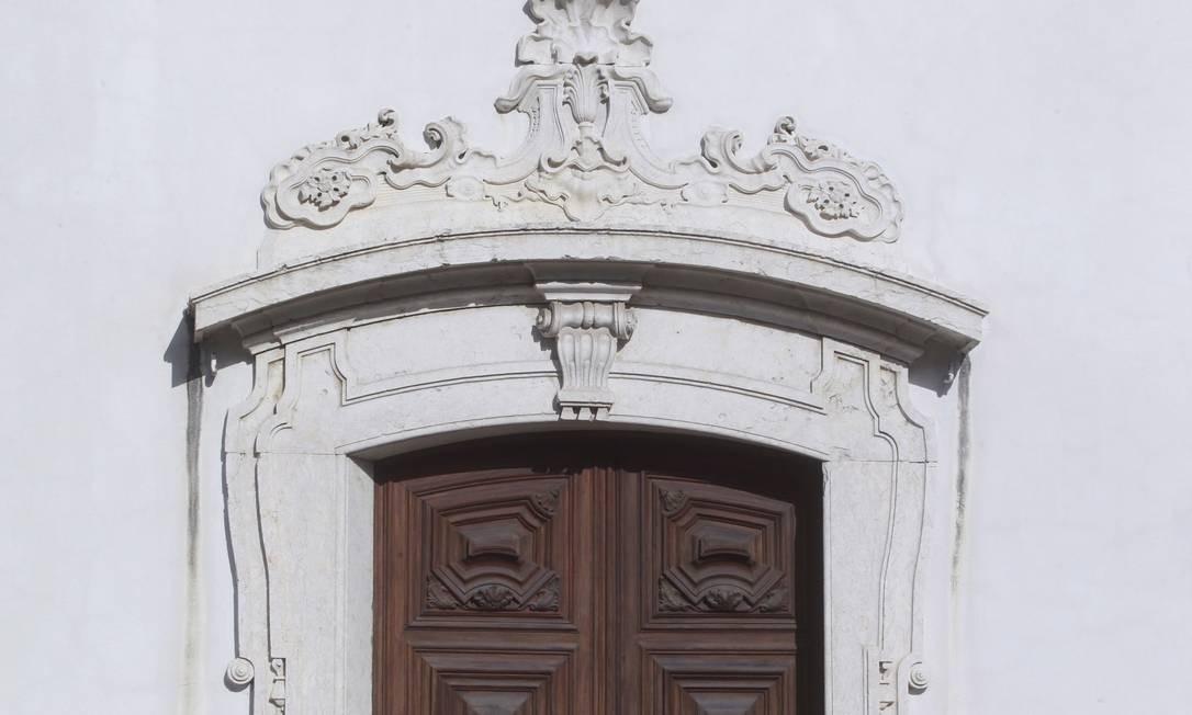 Detalhe de uma das portas da Igreja da Glória Foto: Pedro Kirilos / O Globo