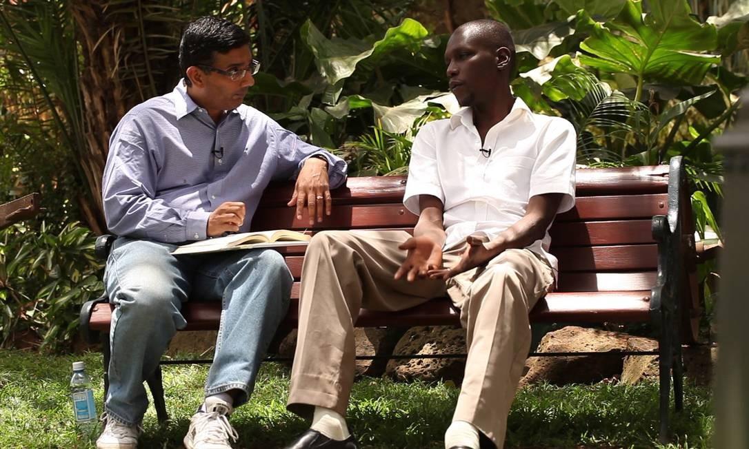 O codiretor Dinesh D'Souza e o meio-irmão do presidente, George Foto: Divulgação