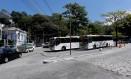 O terminal de ônibus próximo ao acesso ao Túnel Rebouças é tido, pelos moradores, como um dos causadores do trânsito na Rua das Laranjeiras Foto: Agência O Globo / Marcelo Piu