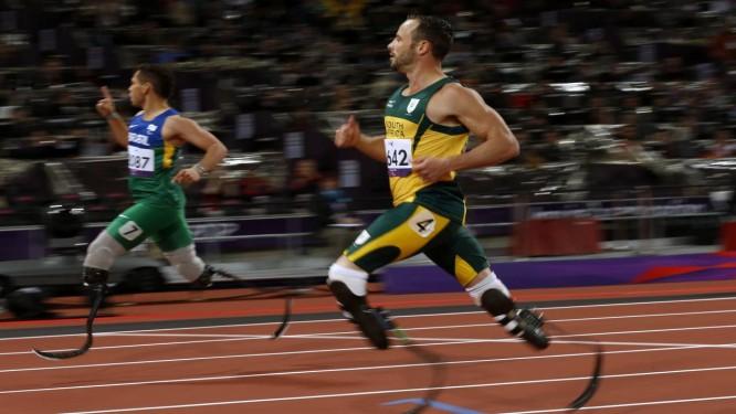 O brasileiro Alan Fonteles (à esquerda) comemora após vencer o sul-africano Oscar Pistorius nos 200m (T44) em Londres Foto: Matt Dunham / AP