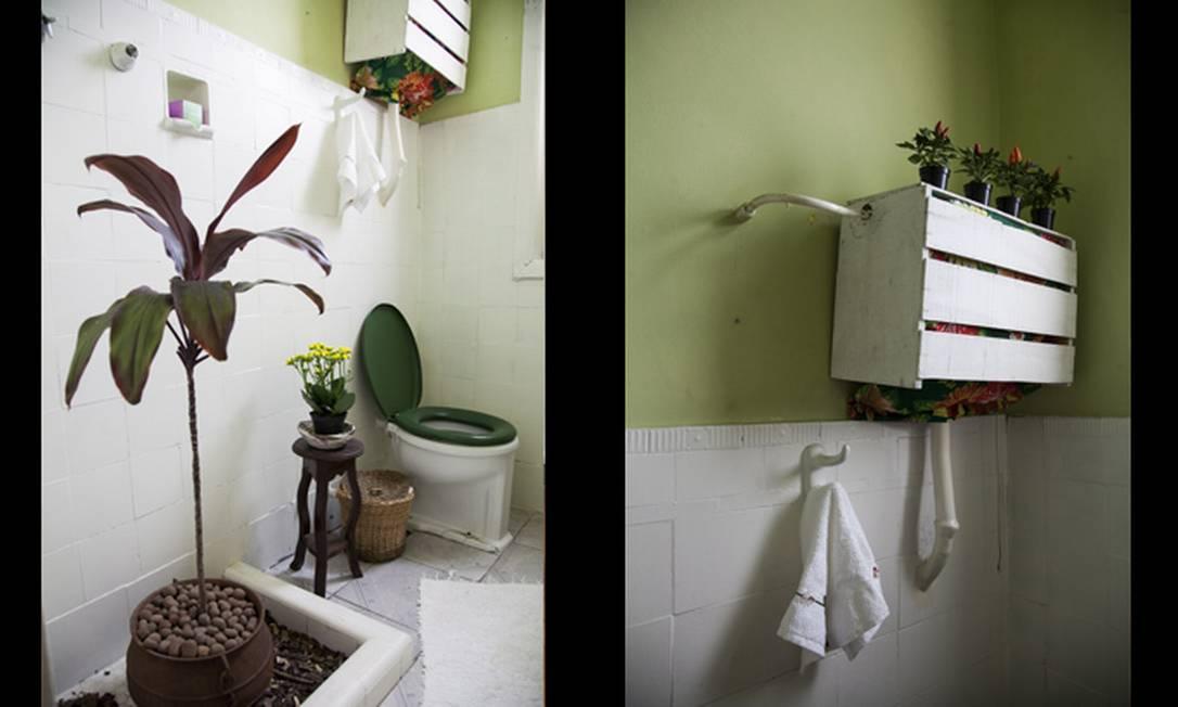 No segundo banheiro, o boxe deu lugar a uma planta e, para esconder um encanamento aparente, caixote de feira pintado de branco e vasinhos com pimentas Daniela Dacorso