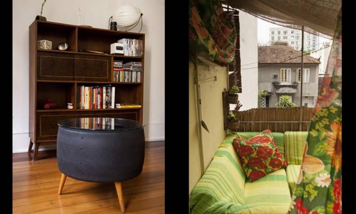 Em outro cantinho da sala de estar, mesa feita com pneu de corrida e estante de madeira dos anos 1960 à esquerda. À direita, o simpático cantinho montado na área de serviço, com esteira forrando a mureta e sofá coberto por mantas e chita Daniela Dacorso