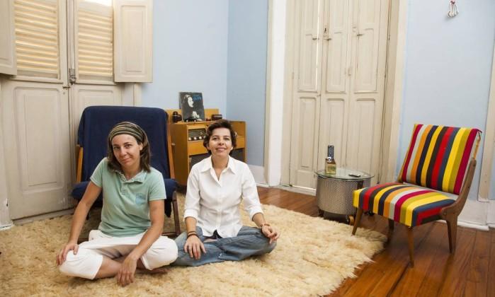 Luciana Pestano e Maria Archer, as criativas donas da casa onde quase todos os móveis foram transformados por elas Daniela Dacorso
