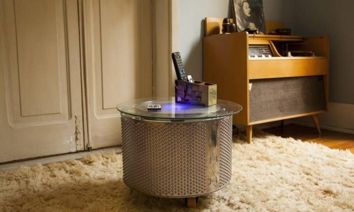 Em um dos cantos da sala, mesa feita com tambor de máquina de lavar e uma eletrola (um aparelho ainda mais antigo que a vitrola!) Daniela Dacorso