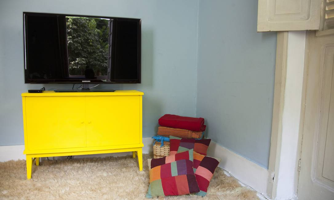 O móvel da TV foi encontrado pela dupla em um ferro velho. Pintado de amarelo, ganhou vida nova Daniela Dacorso