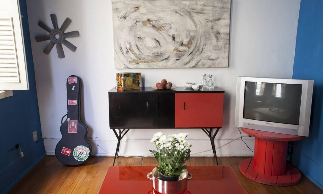 Na sala de jantar, bufê bicolor (uma das poucas peças que estão originais), mesa feita com carretel de cabos de aço e cantinho para o violão Daniela Dacorso