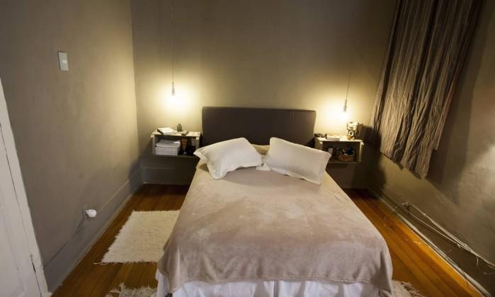 No quarto de Maria, tom cinza na parede e mesas de cabeceira feitas com caixotes de feira Daniela Dacorso
