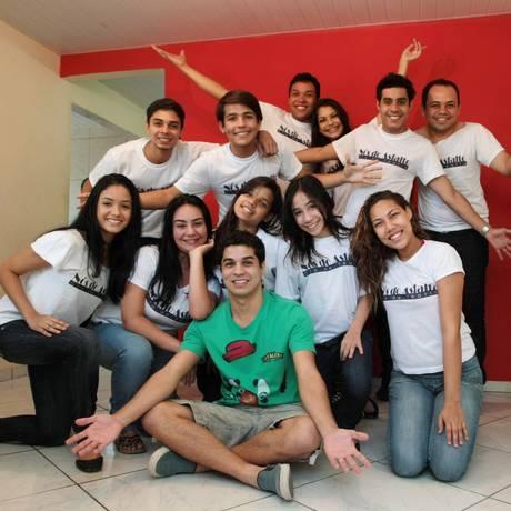 Dedicação. Alguns dos integrantes da Cia de Teatro Nós do Asfalto e o fundador Pablo Oliveira ( ao centro) Foto: Hudson Pontes