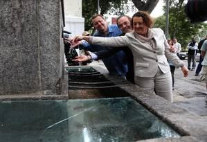 Cristina Lodi, superintendente do Iphan no Rio; o secretário de Conservação Carlos Roberto Osório; e o presidente da Cedae, Wagner Victer, na inauguração do chafariz da Glória Foto: Jorge William / O Globo