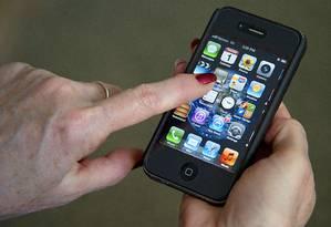 Mulher usa iPhone, da Apple, em Washington Foto: AFP
