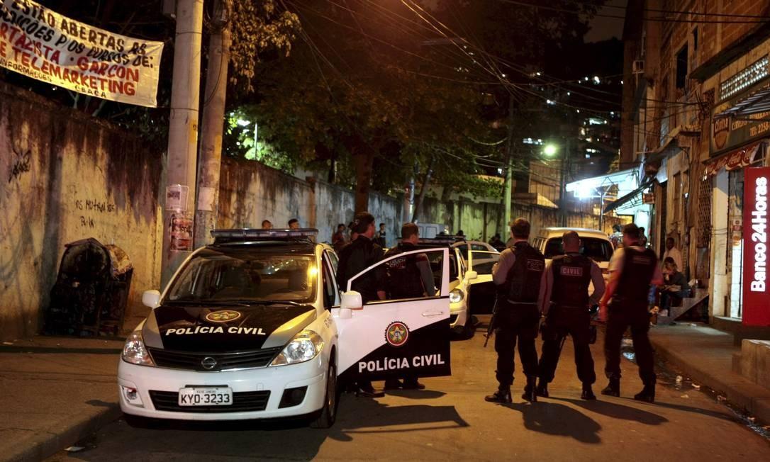 Policiais investigam assassinato de comerciante no Morro dos Macacos, na Zona Norte Foto: Gustavo Stephan de 05/09/2012 / O Globo
