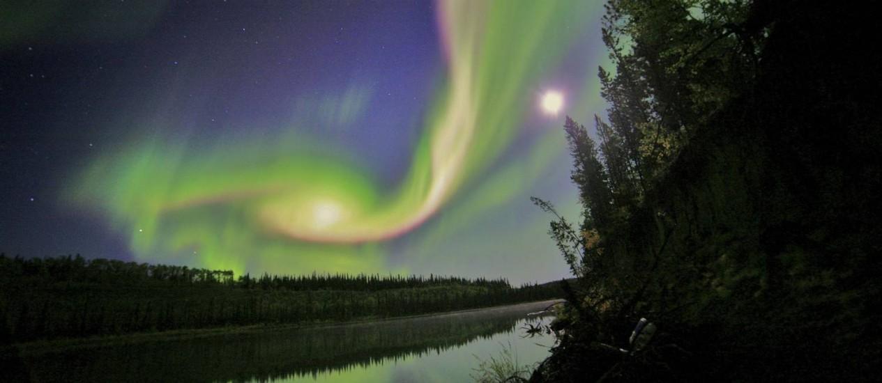 Tons de vermelho e verde invadem céu de Whitehorse Foto: Reuters