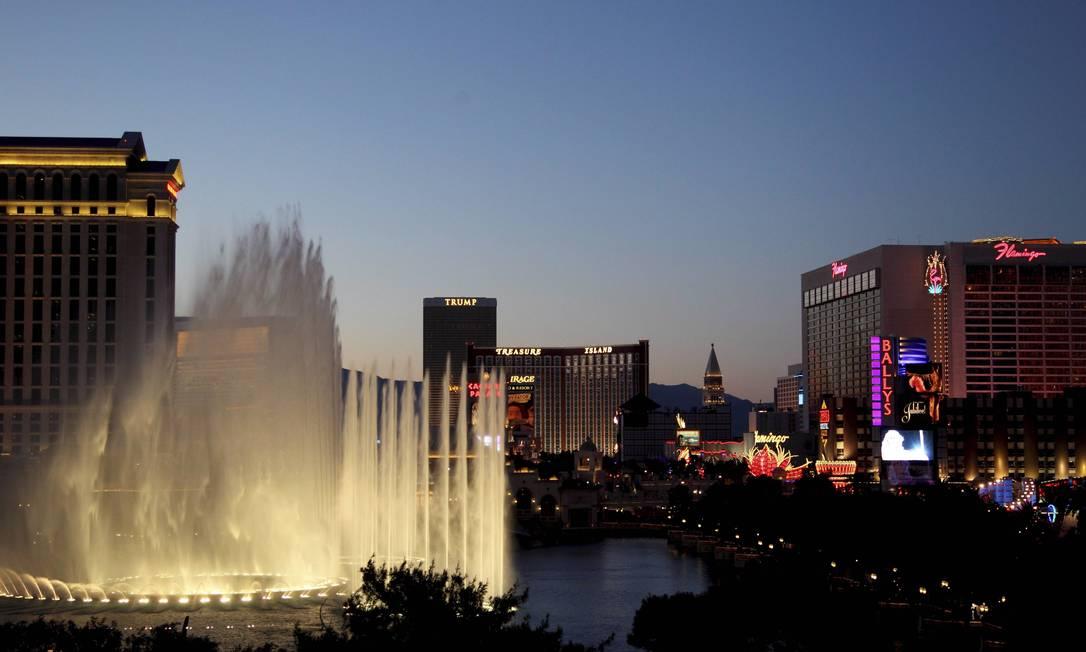 A noite de Vegas na avenida onde tudo acontece, conhecida como Strip. E os show das fontes do hotel Bellagio Marcelo Carnaval / O Globo