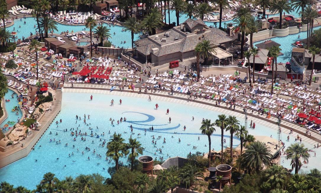 Para refrescar a temperatura desértica de Vegas, os hotéis como o Mandalay Bay investem nas piscinas Marcelo Carnaval / O Globo