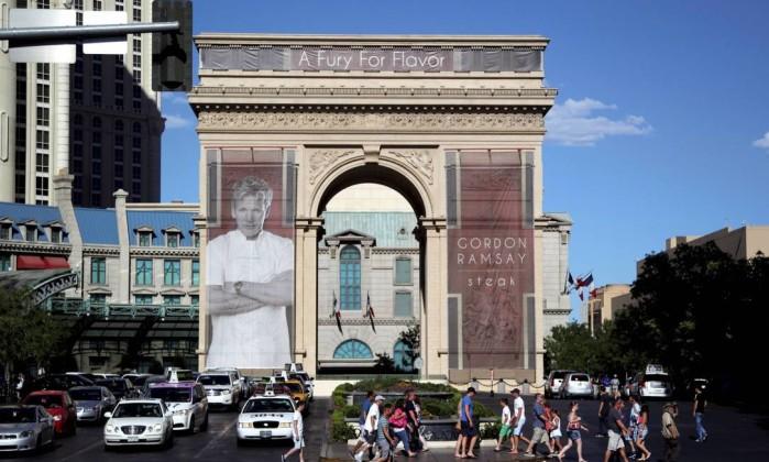 Cartaz na réplica do Arco do Triunfo anuncia o novo restaurante de Gordon Ramsay, Steak, no hotel Paris Marcelo Carnaval / O Globo