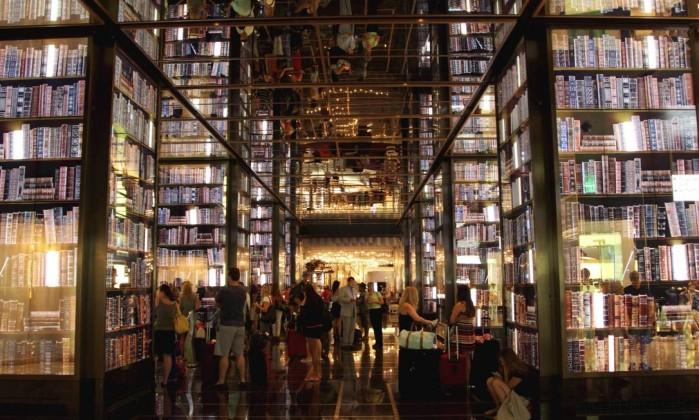 Em movimento. No lobby do hotel The Cosmopolitan, livros dão lugar à performance Marcelo Carnaval / O Globo