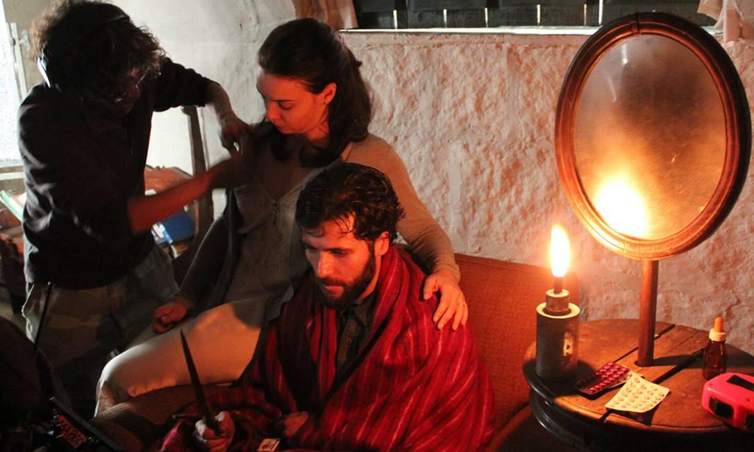 Regiane e Gagliasso se preparam para gravar uma das cenas de 'Isolados' Foto: Luis Paulo Mendes