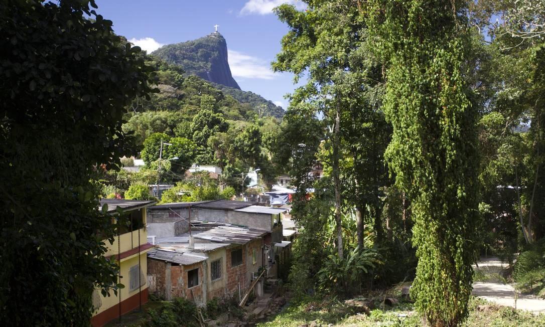 Casas construídas dentro do Jardim Botânico: TCU decidiu que, a partir da definição dos limites do parque, nenhuma família poderá permanecer no local Foto: Márcia Foletto/30-08-2012 / O Globo