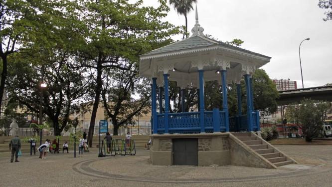 Coreto do Jardim do Méier foi recuperado e recebeu pintura nova Foto: Daniel Coelho / Divulgação / Secretaria Municipal de Conservação e Serviços Públicos