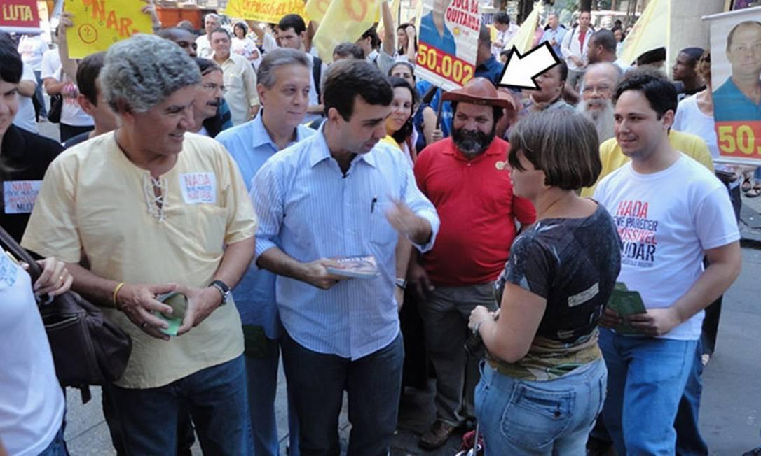Marcelo Freixo caminha ao lado do candidato a vereador Berg Nordestino (de camisa vermelha) durante corpo a corpo de campanha Foto: Reprodução/Twitter