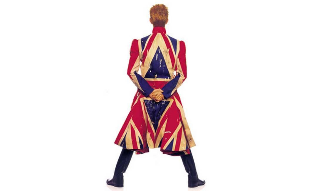 Foto original da capa do álbum 'Earthling', de 1997. Sobretudo feito por Alexander McQueen, em parceria com Bowie Foto: Divulgação