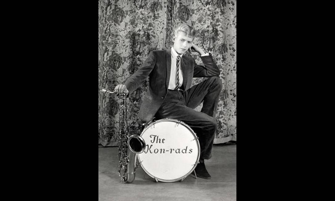 Foto de Roy Ainsworth para divulgar a banda The Kon-rads, nascida em 1963, com Bowie tocando saxofone Foto: Divulgação/Roy Ainsworth