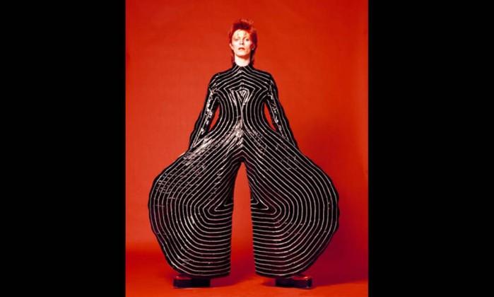 Figurino usado por Bowie na turnê 'Aladdin Sane', de 1973, por Kansai Yamamoto Divulgação/Masayoshi Sukita