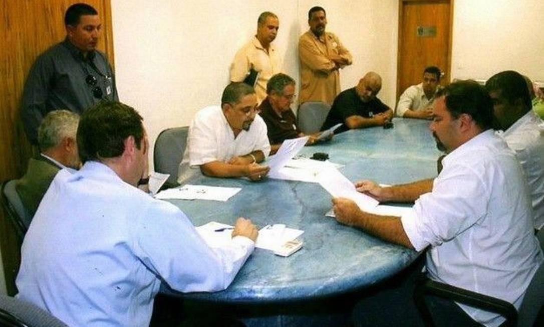 Debate. Em 2009, Paes debate licitação das vans com líderes da categoria, incluindo acusados de ligação com milícia Foto: Reprodução da internet