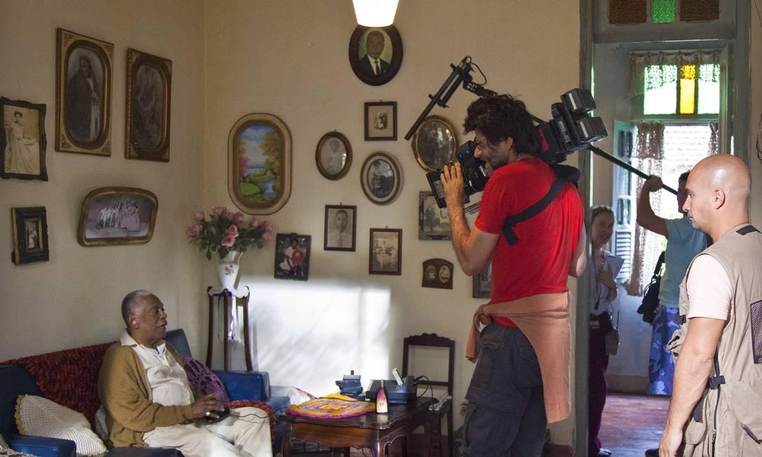O diretor Luiz Fernando Carvalho filma o ator Haroldo Costa Foto: Mônica Imbuzeiro