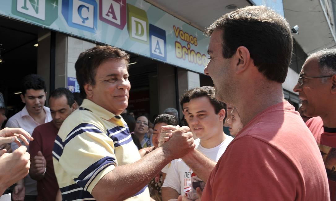 Marcelo Freixo cumprimenta Wagner Montes durante caminhada em Madureira Foto: Divulgação