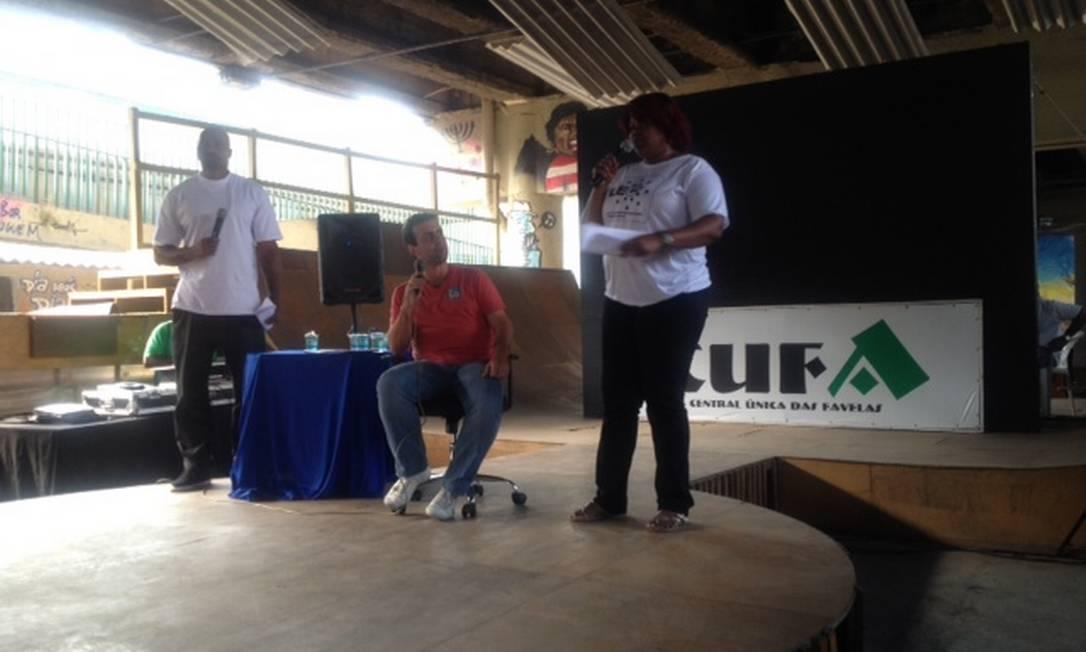 Freixo participou de evento da Cufa ao lado de MV Bill e Nega Gizza Foto: O Globo / Vera Araújo