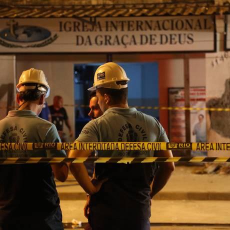 Prédio de quatro andares ameaça desabar em Rio das Pedras, e equipe faz vistoria no local Foto: Paula Giolito / O Globo
