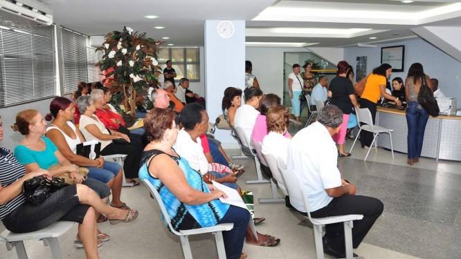 Serviços. Moradores de Volta Redonda esperam a hora de ser atendidos Foto: Felipe Vieira / Divulgação
