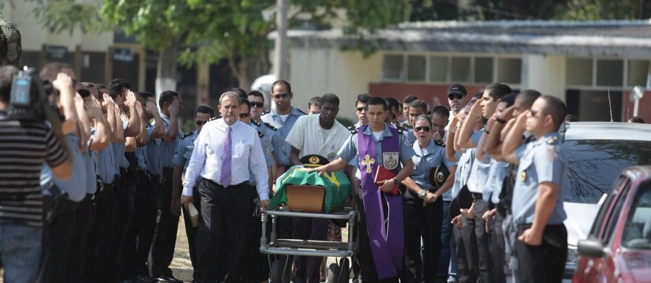 O cadete foi enterrado na tarde de domingo Foto: Fábio Guimarães / EXTRA