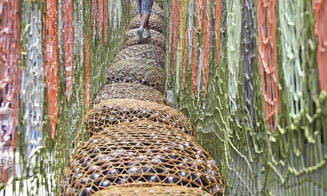 O artista Ernesto Neto expõe um jardim suspenso, a quatro metros do chão, na estação Leopoldina Foto: Paula Giolito / O Globo