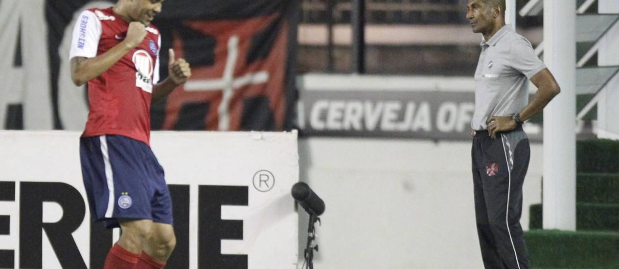 Souza comemora gol do Bahia com o técnico Cristóvão Borges, do Vasco, ao fundo Foto: Marcelo Carnaval / O Globo