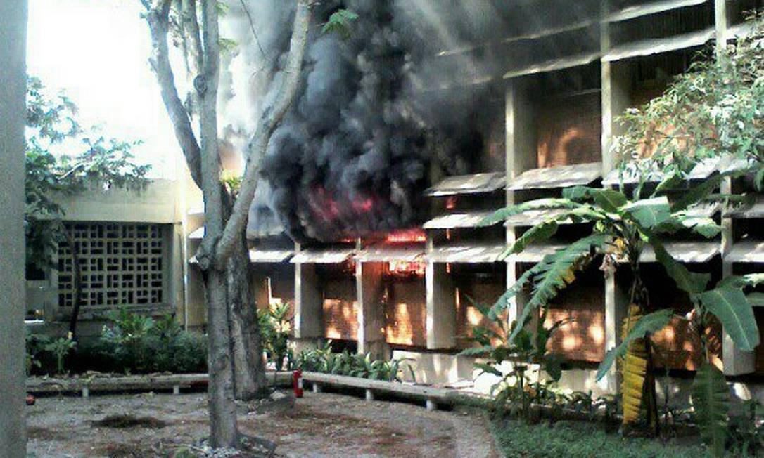 Princípio de incêndio atinge prédio de Letras da UFRJ Foto: Leitora Camilla de Paula