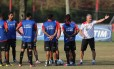 Técnico Dorival Júnior conversa com os jogadores no treino do Flamengo