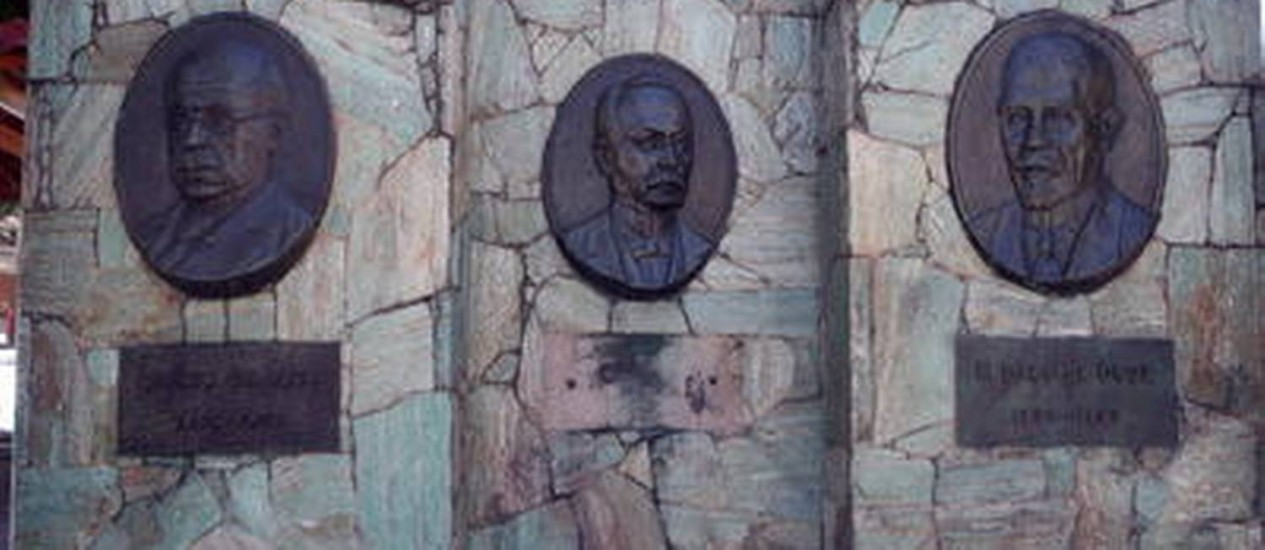 Placa furtada em homenagem a médico na Praça Tobias Barreto, em Vila Isabel, ainda não foi reposta Foto: Felipe Hanower