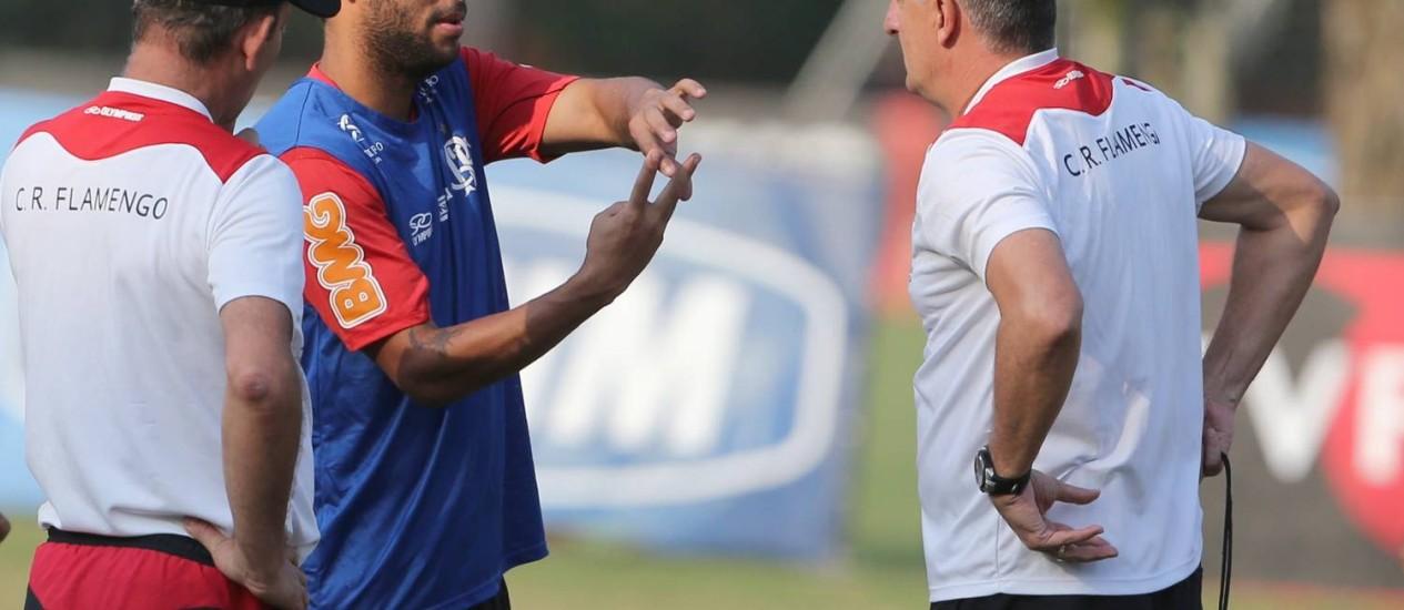 Ibson conversa com Dorival Júnior durante treino Foto: Jorge William / O Globo