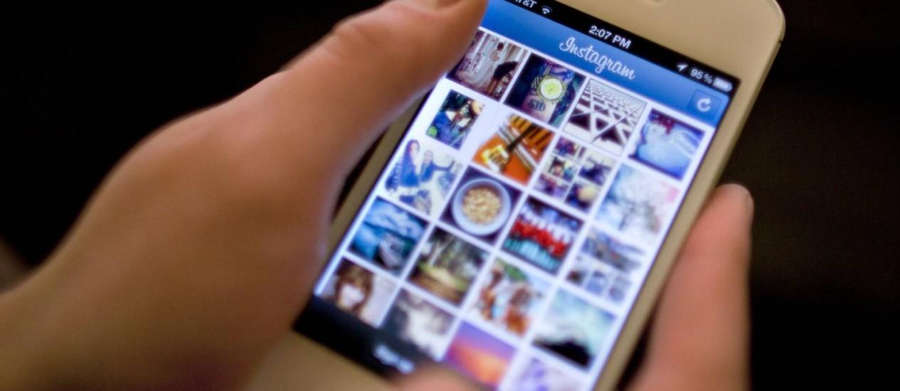 iPhone 4S, atual smartphone da Apple, conectado ao Instagram Foto: AP