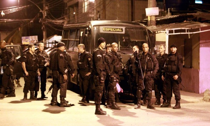 Policiais se reúnem para iniciar a ocupação na Favela da Chatuba Gabriel de Paiva / O Globo