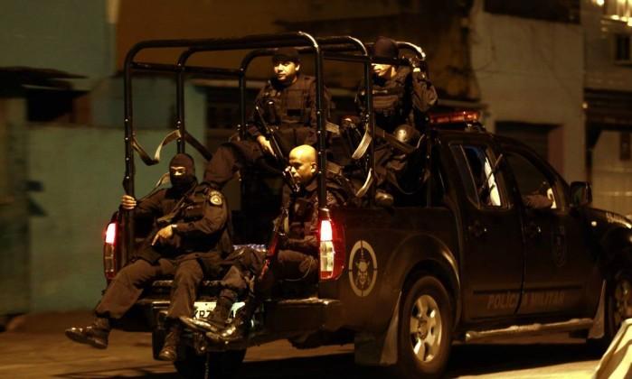 Policiais do Bope entram na comunidade Gabriel de Paiva / O Globo