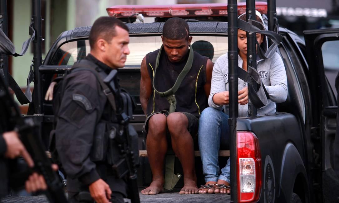 Ricardo Sales da Silva, de 25 anos, e Mônica da Silva Francisco, de 20 anos, detidos com drogas e R$ 15 mil em espécie Gabriel de Paiva / O Globo