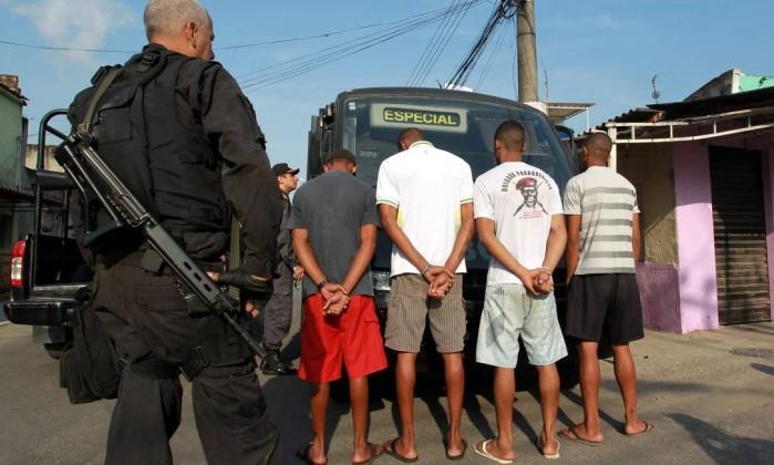 Outros quatros detidos durante a operação da polícia na Favela da Chatuba Gabriel de Paiva / O Globo