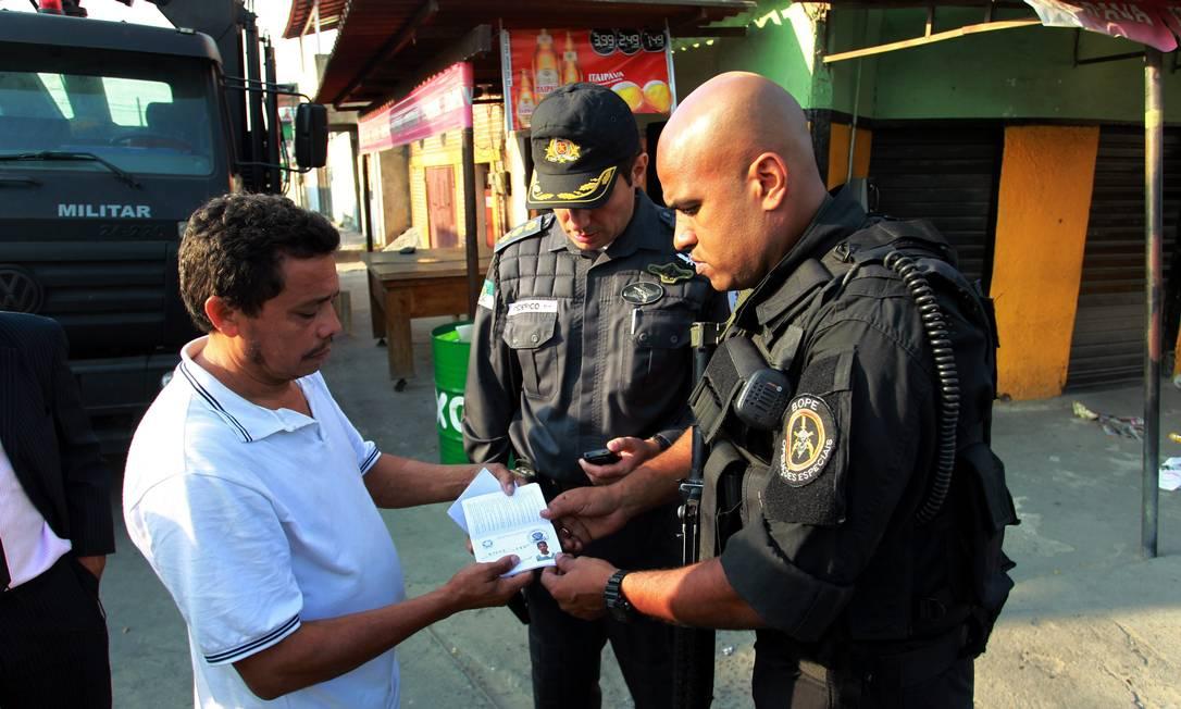 Pai de José Aldeci da Silva Júnior, de 19 anos, que também desapareceu no último sábado no Parque Municipal de Nilópolis, pede ajuda aos policiais para encontrar o filho Gabriel de Paiva / O Globo
