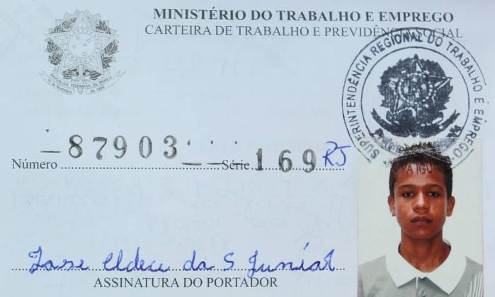 A carteira de motorista de José Aldeci da Silva Júnior, que está desaparecido desde o último sábado Gabriel de Paiva / Reprodução